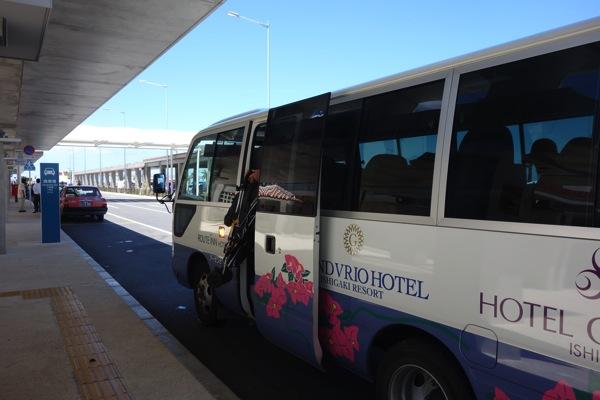 空港まではホテルの送迎バスを利用