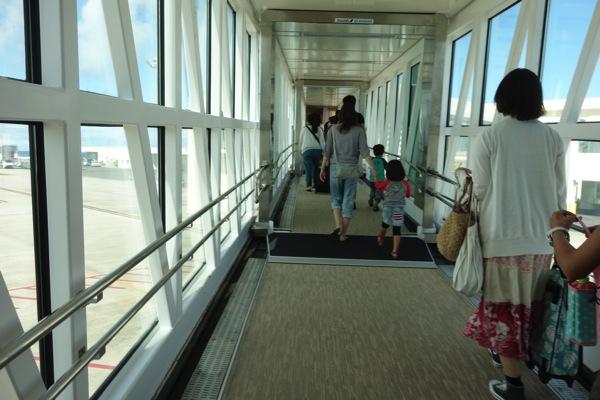 到着後はボーディングブリッジでターミナルへ