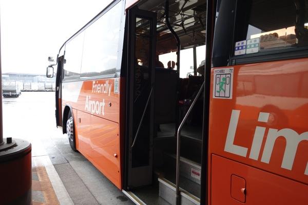 搭乗口から機内までバスで移動