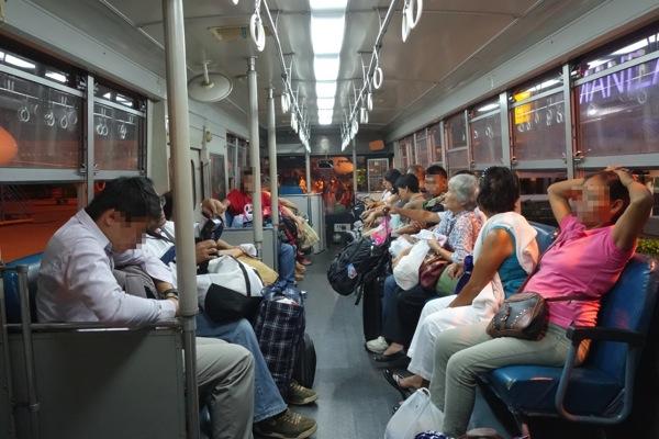 搭乗口から機内へはバスで移動