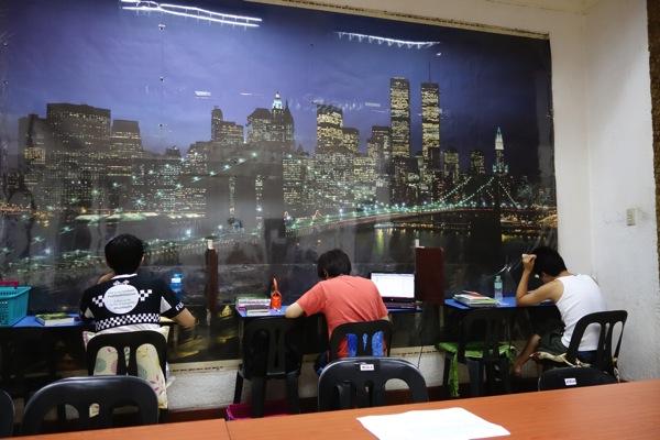 早朝から自習する留学生