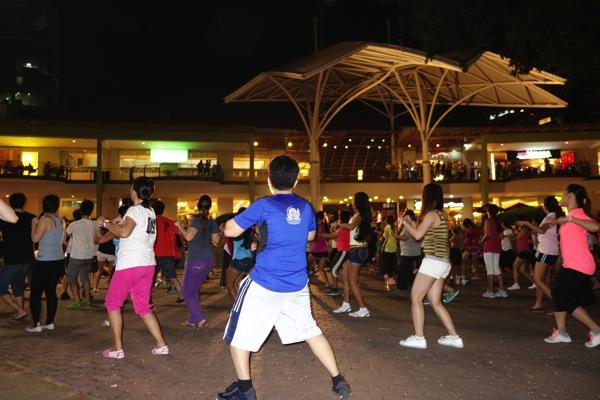 アヤラモールの広場でダンス