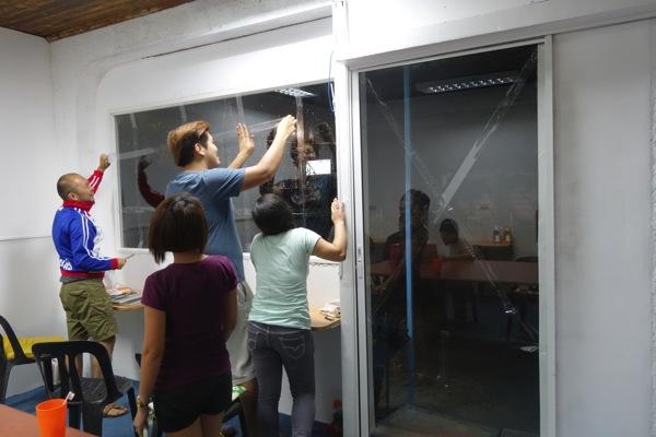 台風に備えて窓を補強