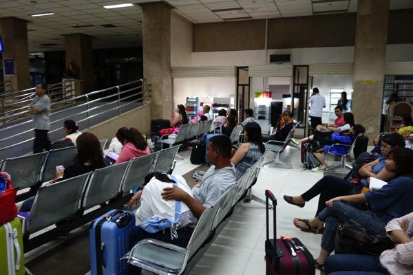 チェックインカウンターが開くまで空港ロビーで待機