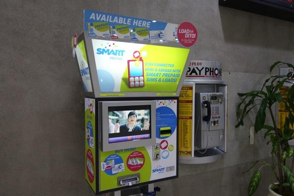 SMARTのプリペイドSIMとトップアップ用のカードを販売する自動販売機があった