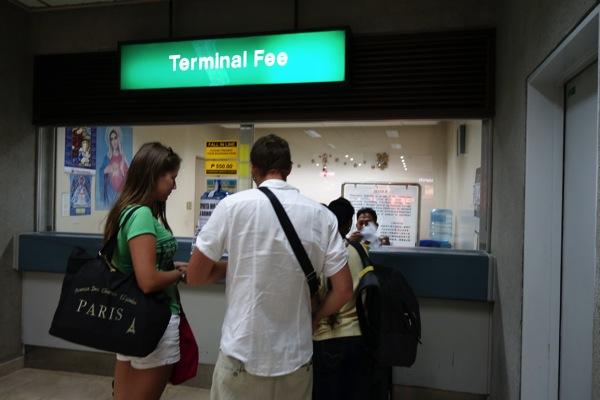 ターミナルフィー550ペソを支払う