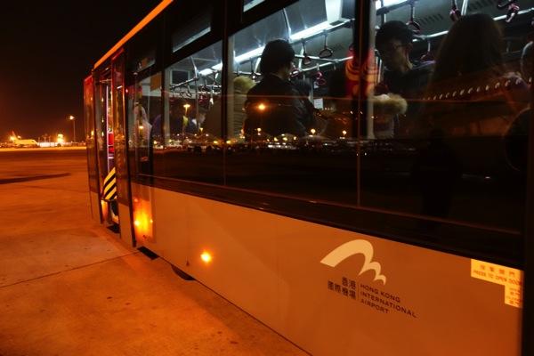 飛行機からターミナルまではバスで移動