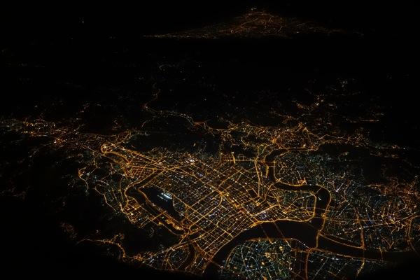 飛行中の機内から撮影した夜景