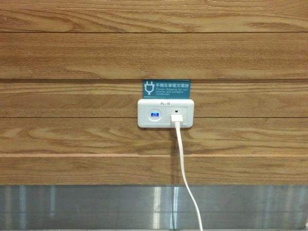 桃園国際空港 第一ターミナルのフードコートは深夜でも電源&机が利用可能だった