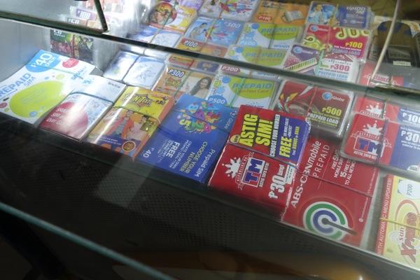 各社のSIMカードが販売されている