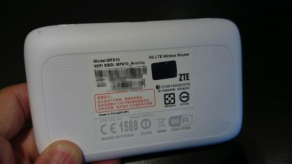 端末背面にはSSIDなどを記載したシール