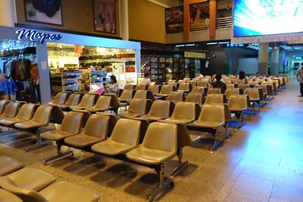 ドンムアン空港のベンチで空港泊