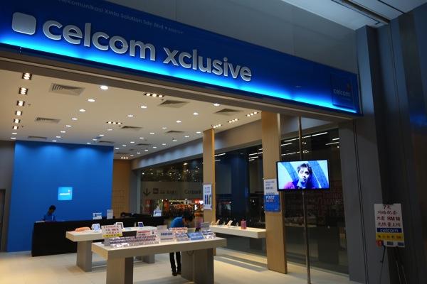 Maxisの隣にはCelcomのショップが並んでいる