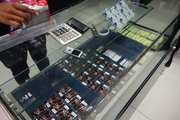 TelkomselとXLのSIMカードが販売されている