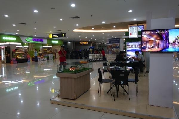 インドネシア、スラバヤ国際空港でのプリペイドSIMカード購入は行商人のオジサンから