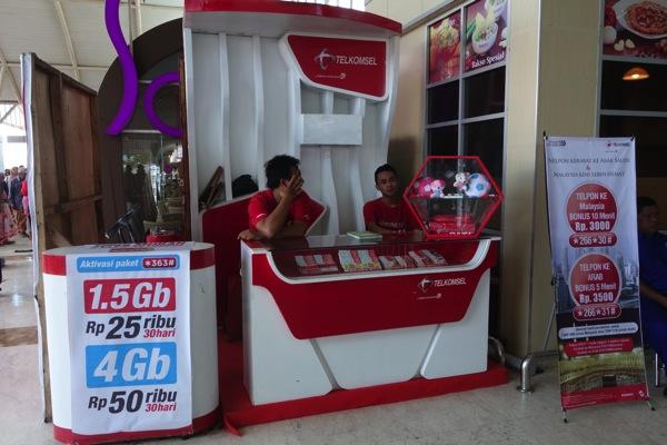 ロンボク国際空港にTelkomselのカウンターが設置されてた