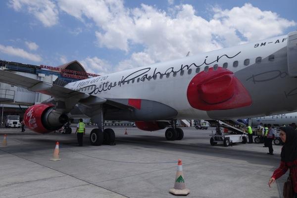 ロンボク島に到着したAK 308便