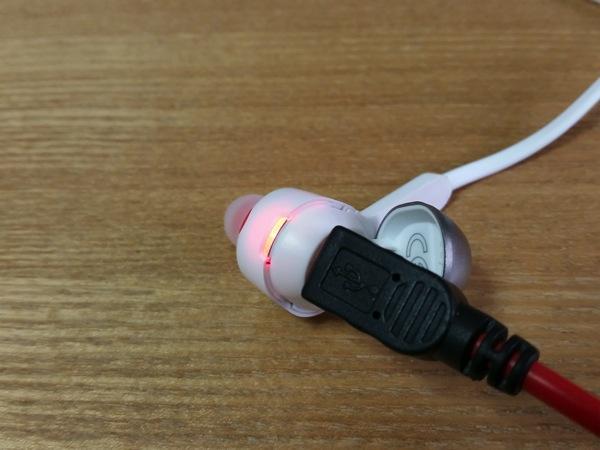 充電中はLEDが赤く点灯