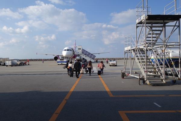 出発口から飛行機までは徒歩。風が強い