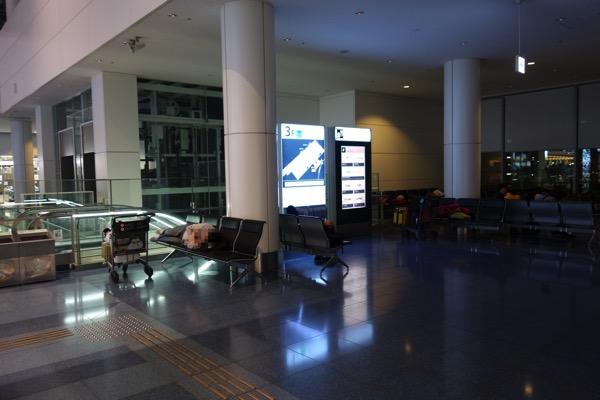 空港ベンチは寝てる人が多数