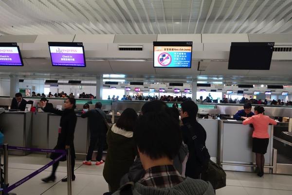 東京(羽田)行き専用の待ち行列が形成され優先的にチェックインできるように