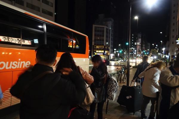 東新宿駅でも多数の乗客が降車
