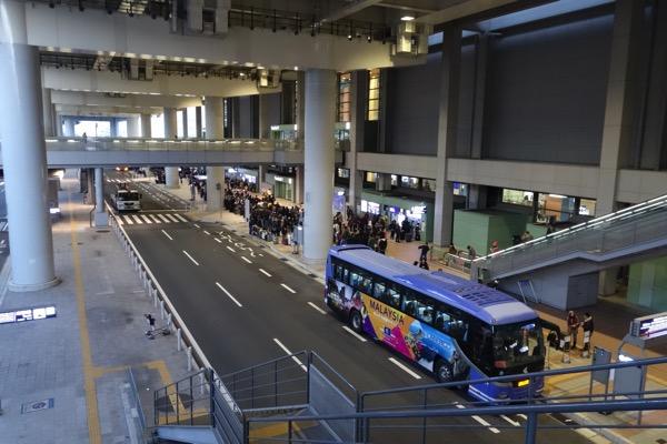 混雑する関西国際空港のバス停