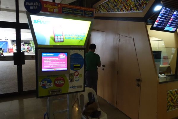 マクタン・セブ空港にあるSmartの自動販売機