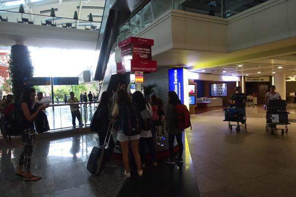 ングラ・ライ国際空港 国際線到着ロビーを出たところにあるTelkomselのSIMカウンター