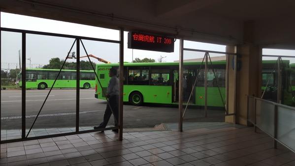 搭乗口から機内まではバス移動
