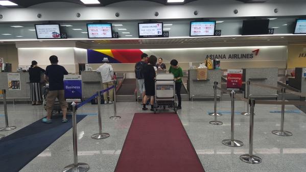 通常の空港カウンターと同様にチェックイン