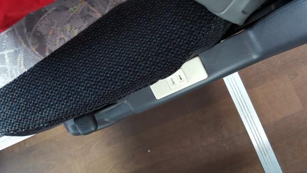 各座席で電源が利用可能(通路側)