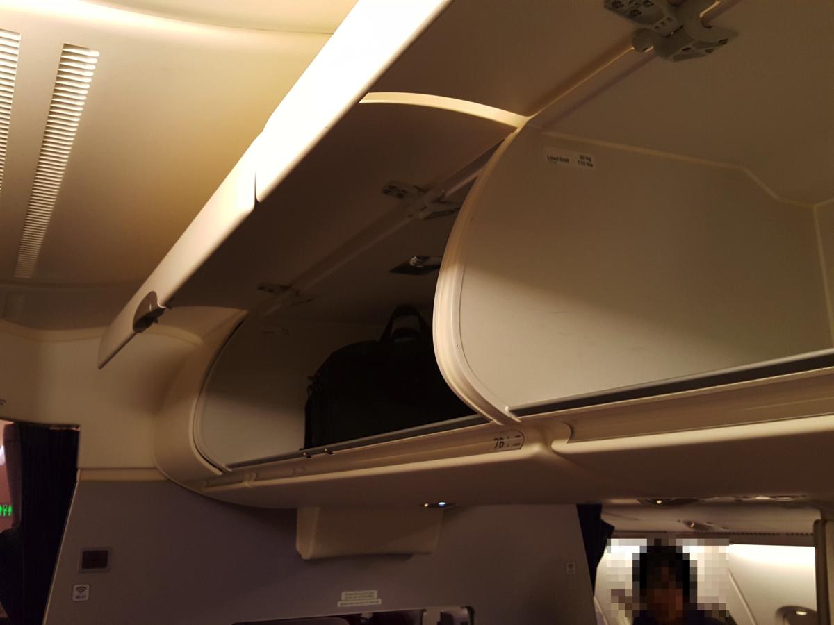 2F席:中央座席頭上の物入れ