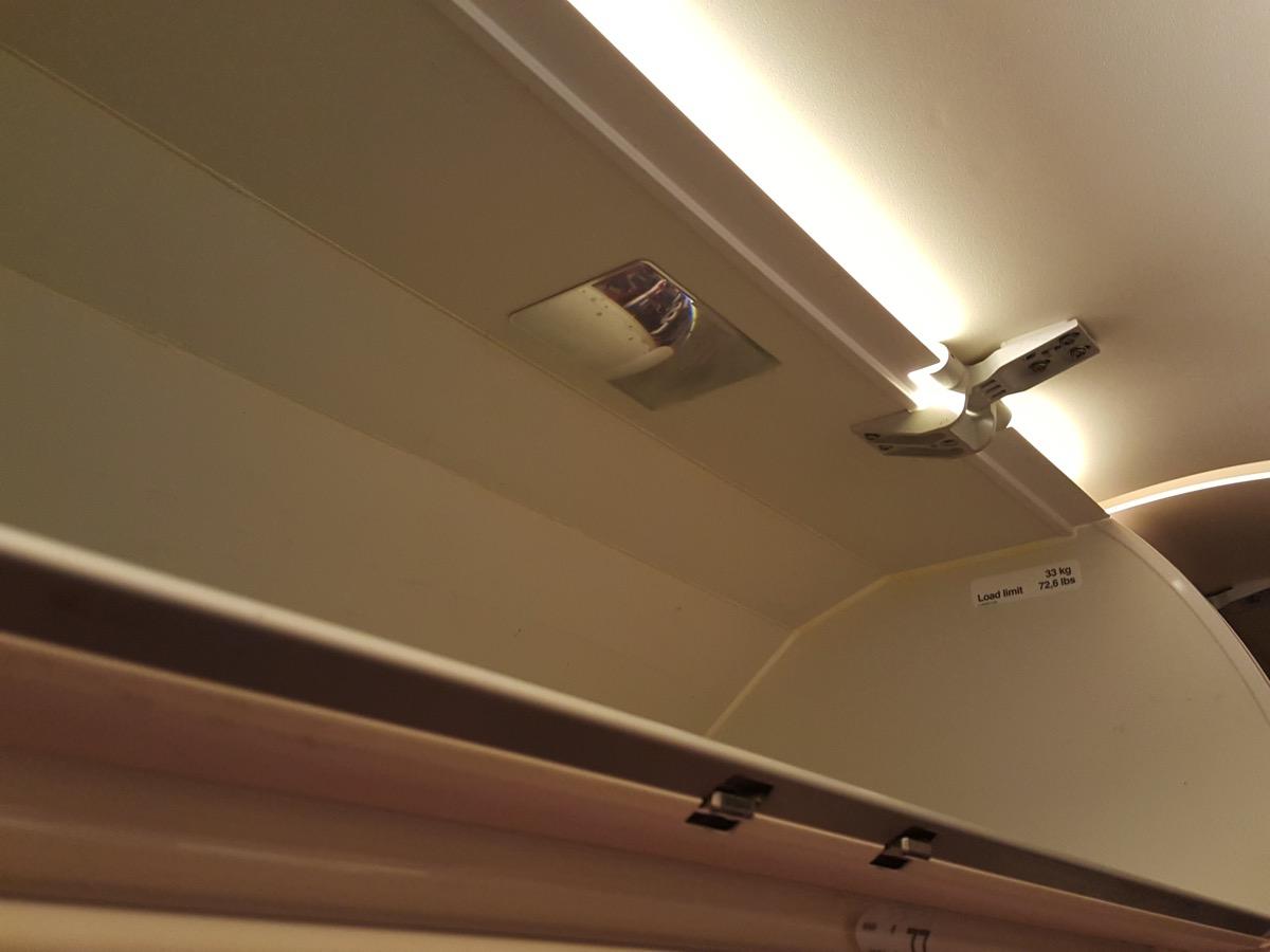 2F席:窓側座席頭上の物入れ