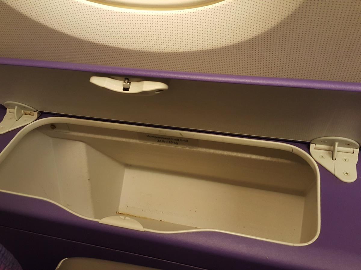 2F窓側座席で利用可能な簡易収納