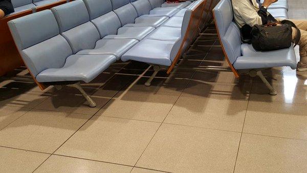 関西国際空港のベンチ「ベッド代わり」の利用に対策