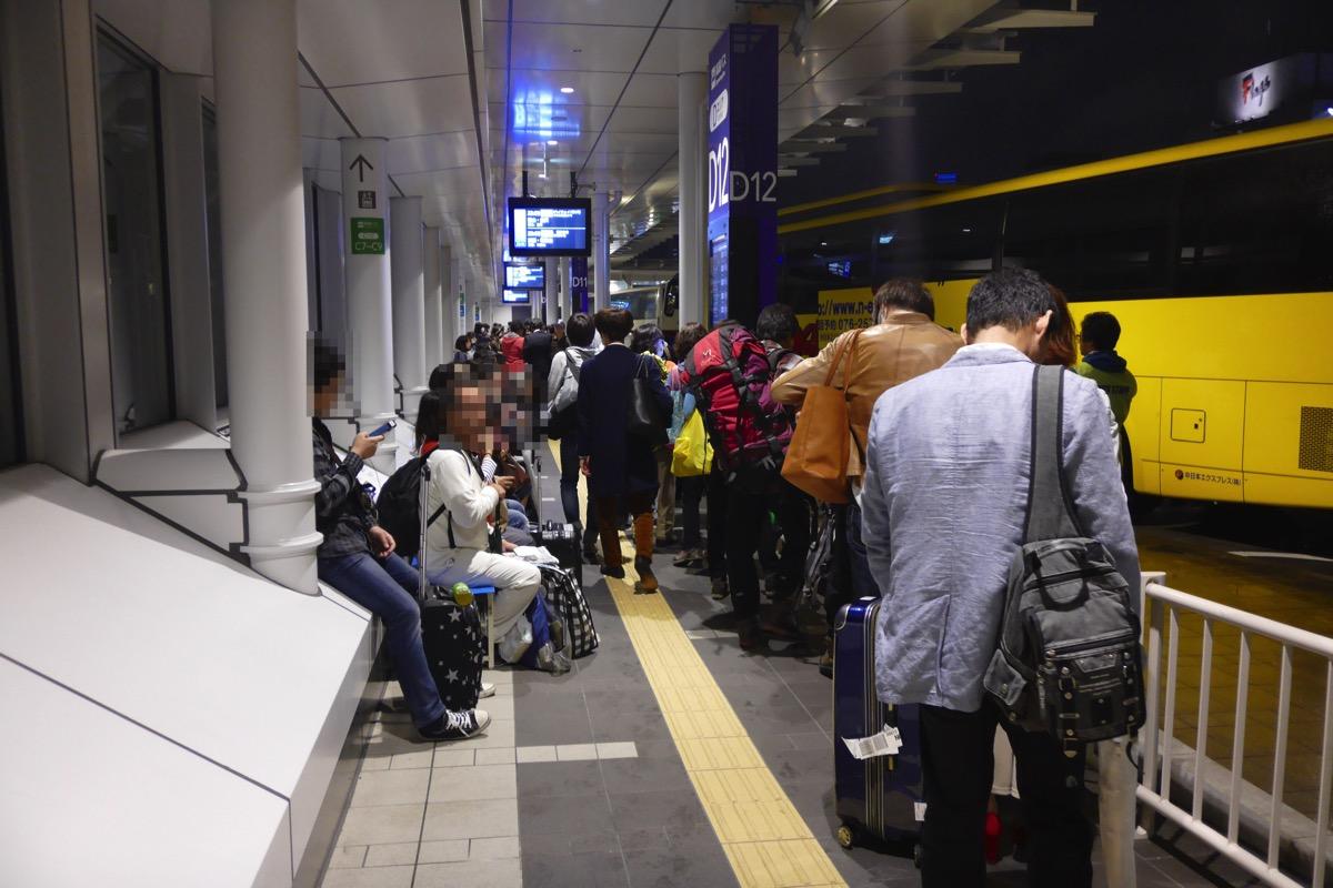 バスの乗車を待つ乗客のすぐ側を往来する必要がある