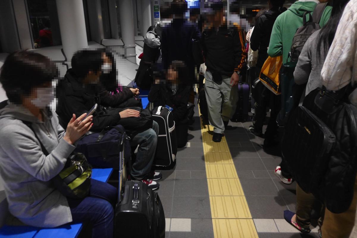 乗車口付近:バスに乗る直前の乗客、往来する乗客、待機する乗客で混雑する