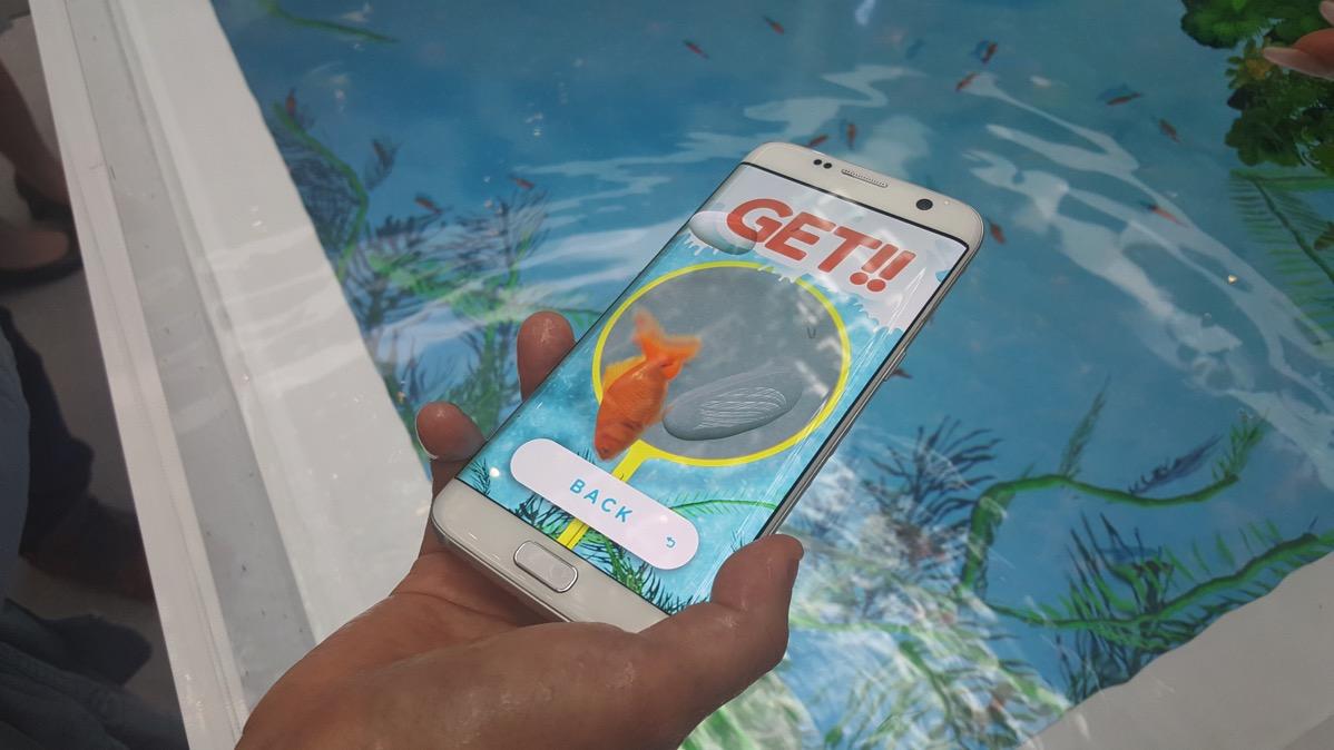 Galaxy S7 edgeを水槽の中にいれて「金魚すくい」