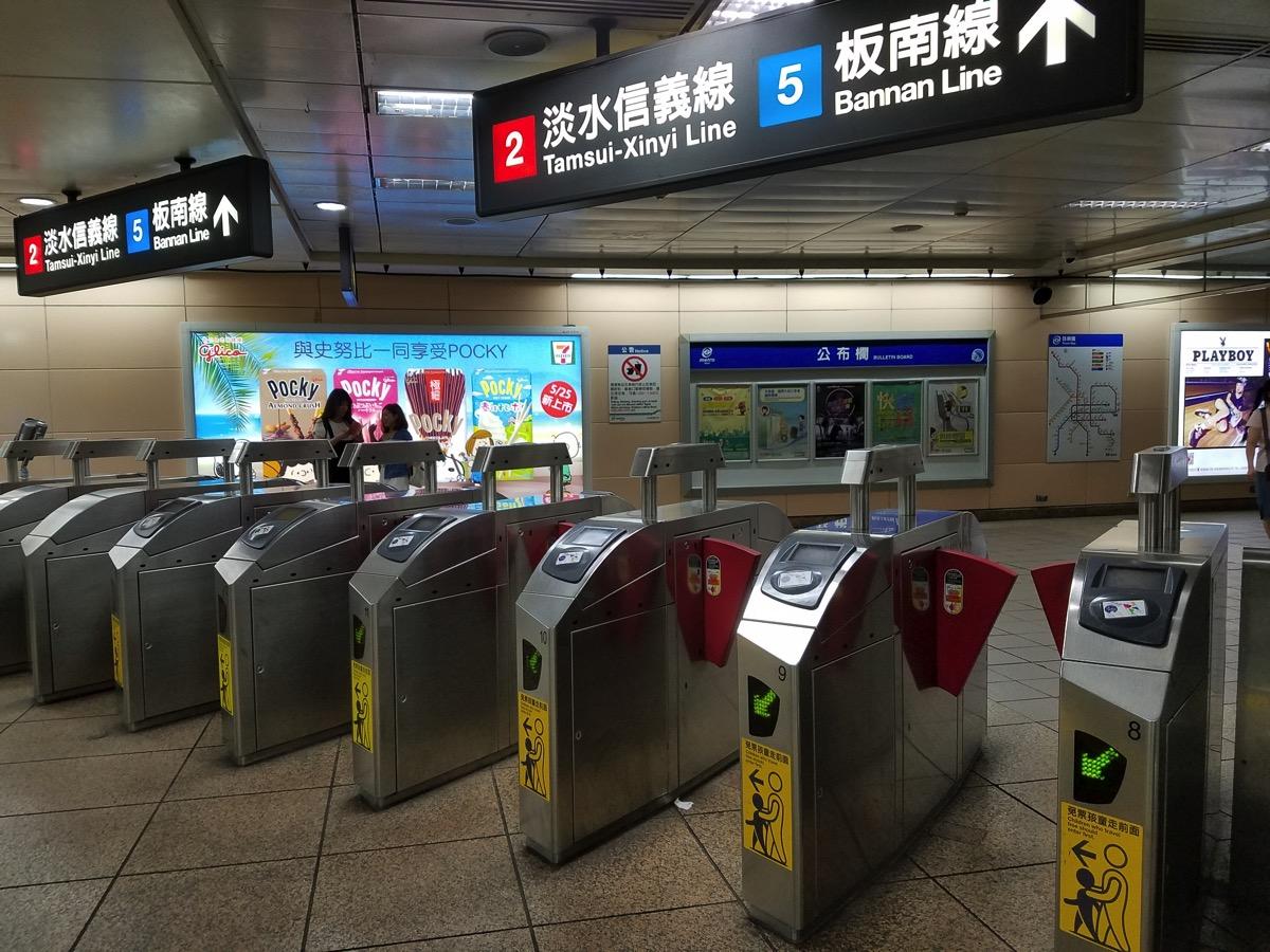 台北MRTの改札:悠遊卡のリーダー右側にある