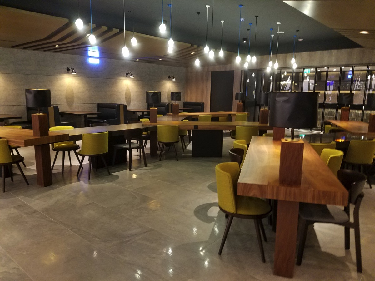 Airport Experience  Zoneの設備(テーブル・椅子・ベンチが多数用意されている)