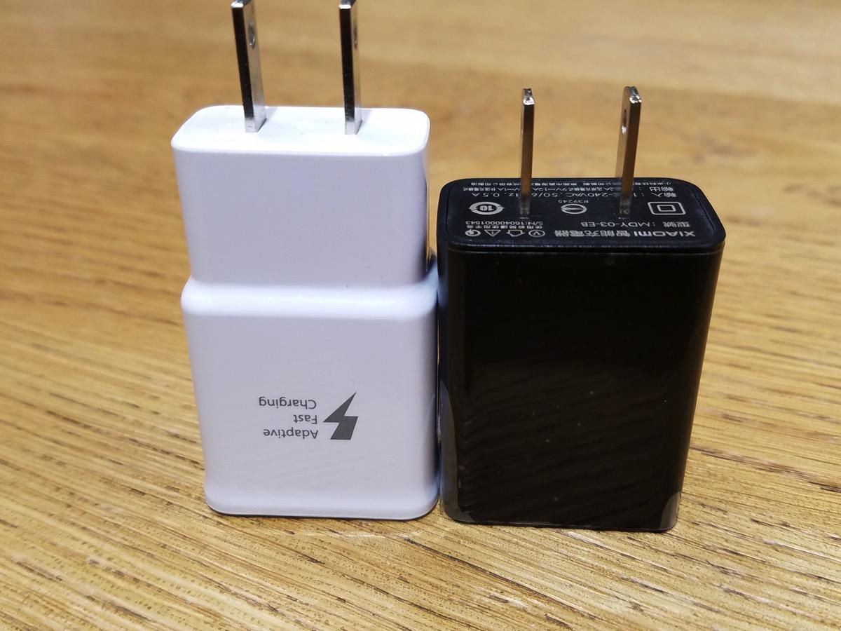 Samsung製の急速充電対応アダプタ(左)とのサイズ比較