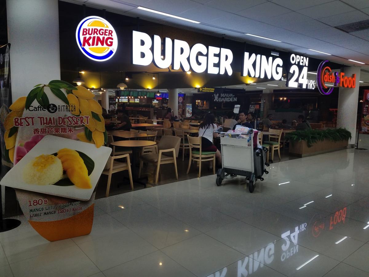 飲食店エリア:バーガーキングなどの一部店舗は24時間営業