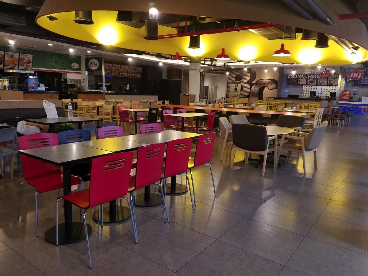 飲食店エリア:座席は多数用意されている