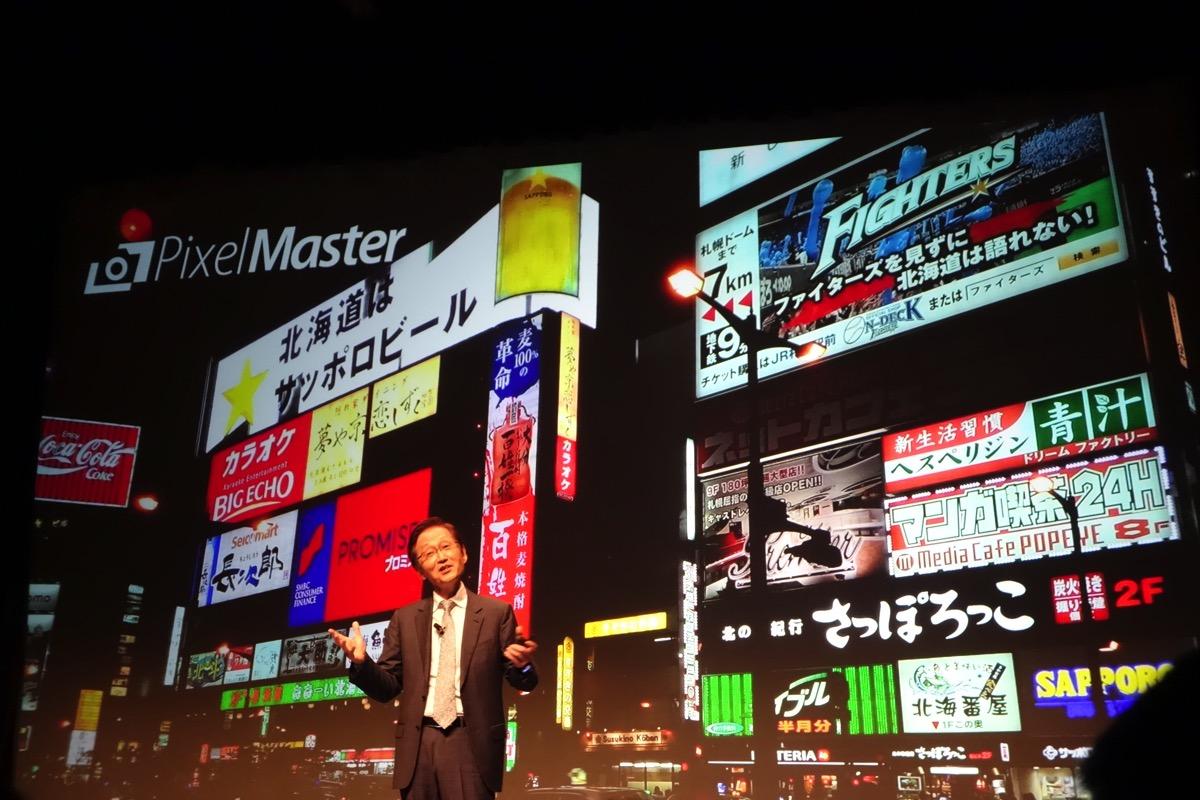 ZenFone 5(2014年11月国内発売)のカメラ性能をアピールするASUS会長ジョニー・シー氏