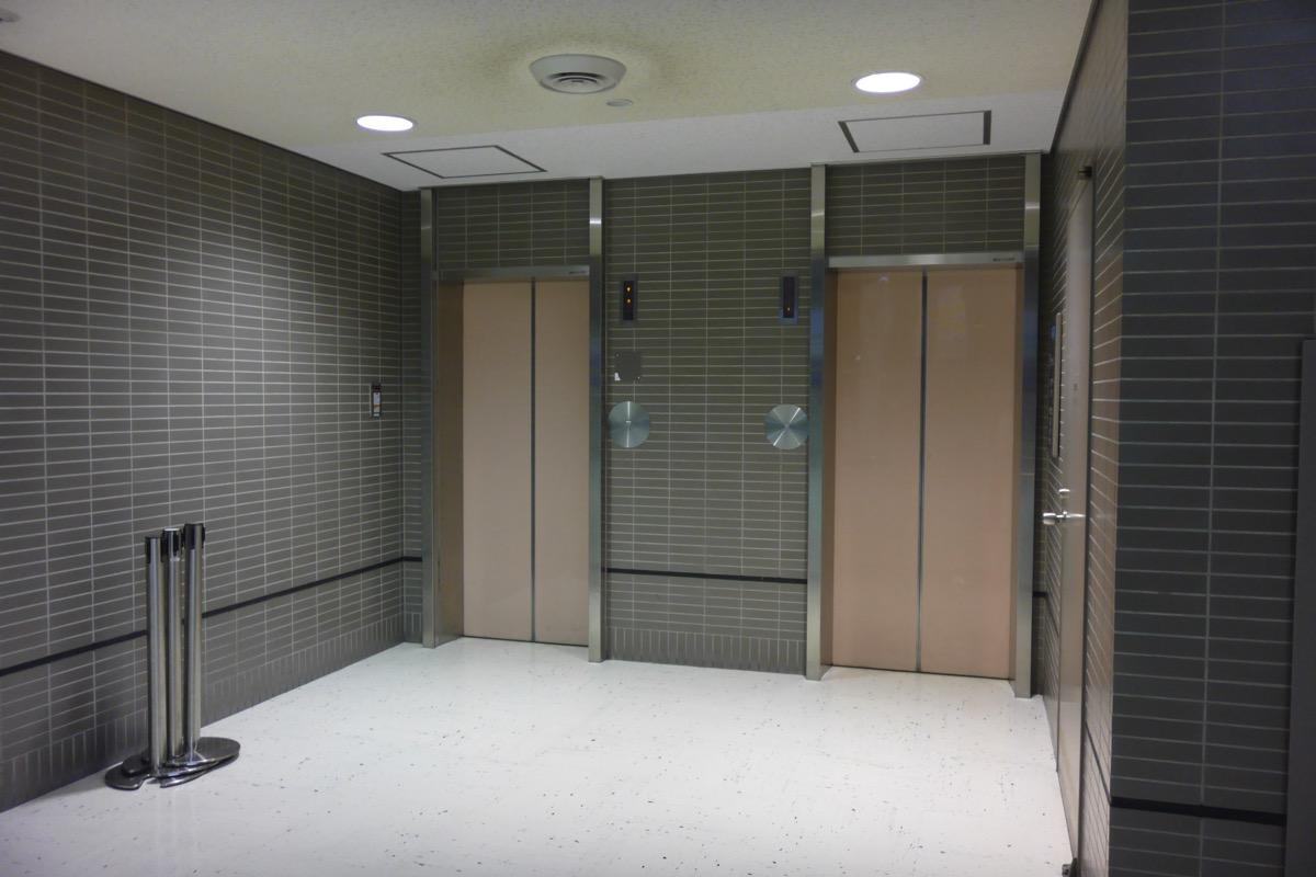 チェックインカウンター「A」付近にあるエレベーターで3F→1Fへ移動
