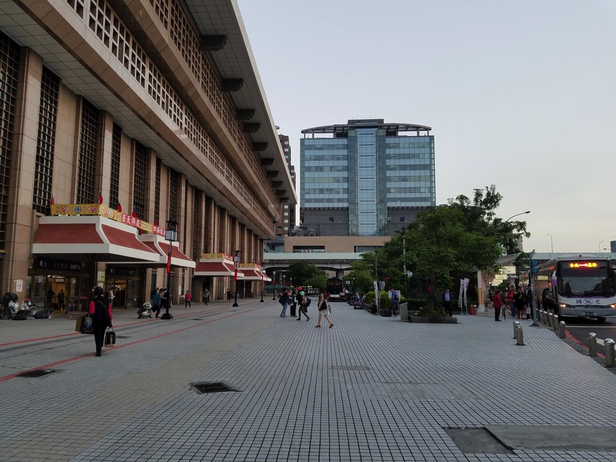 新しいバス乗り場(降り場)は台北駅東三門