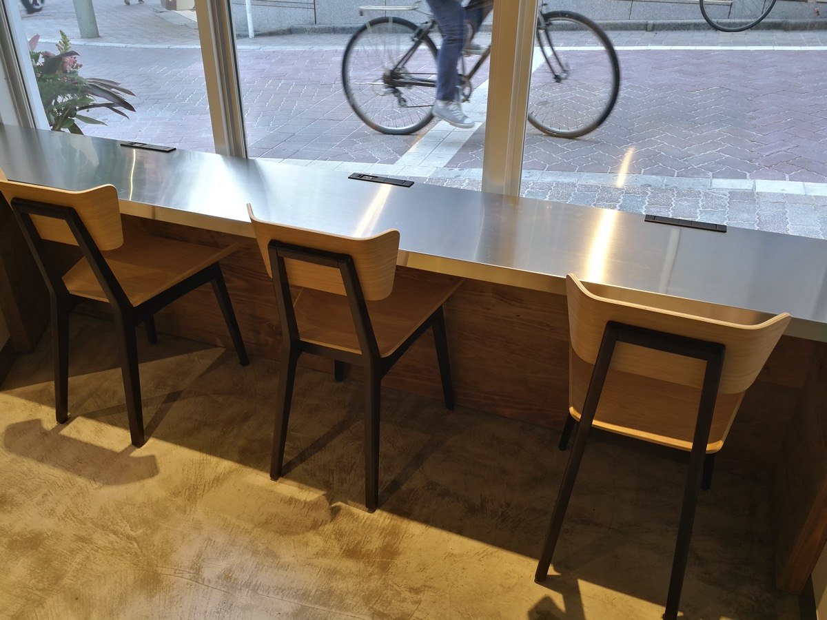 テーブル + 椅子も3席分