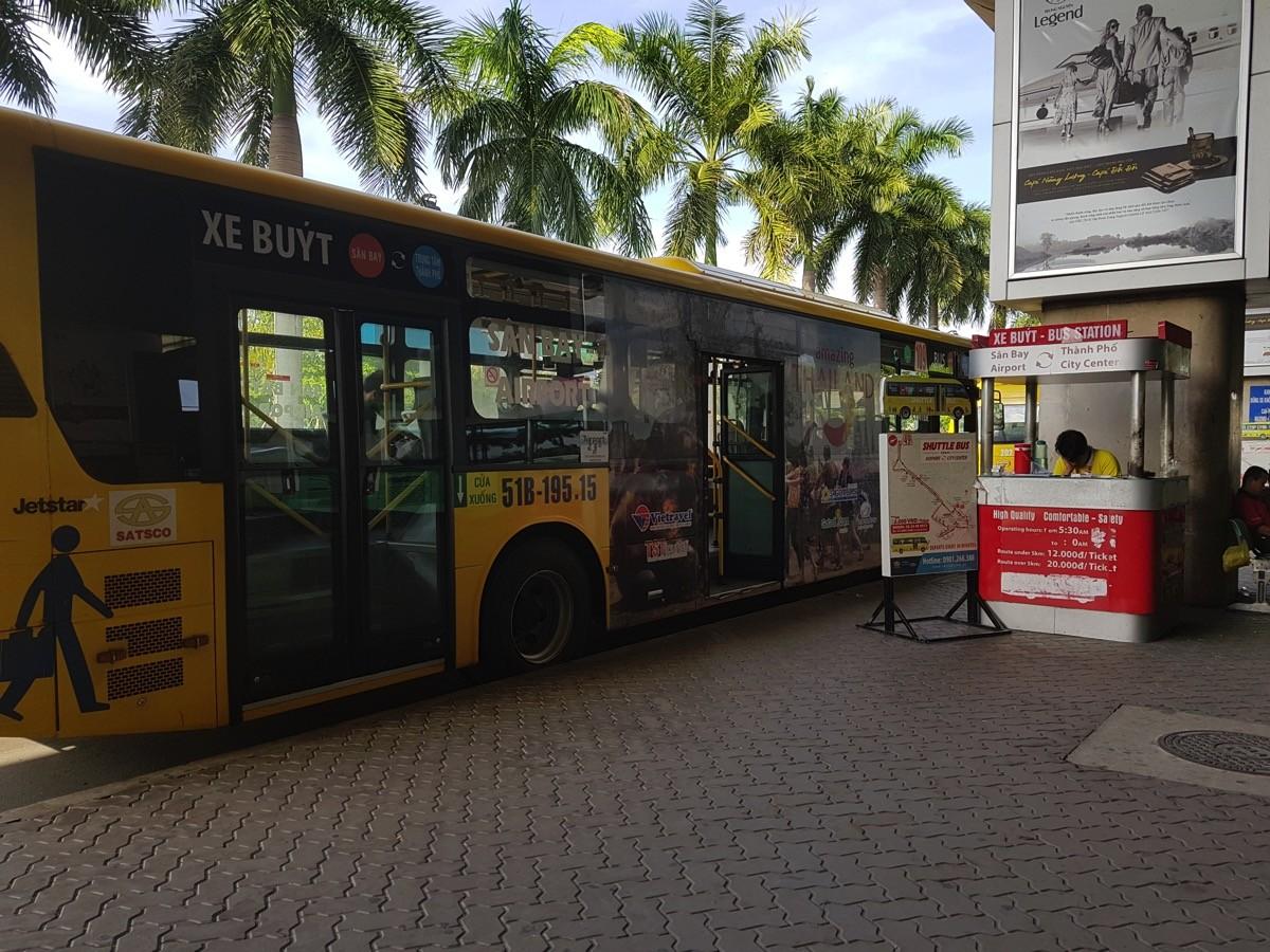 「49系」のバスで市内へと移動