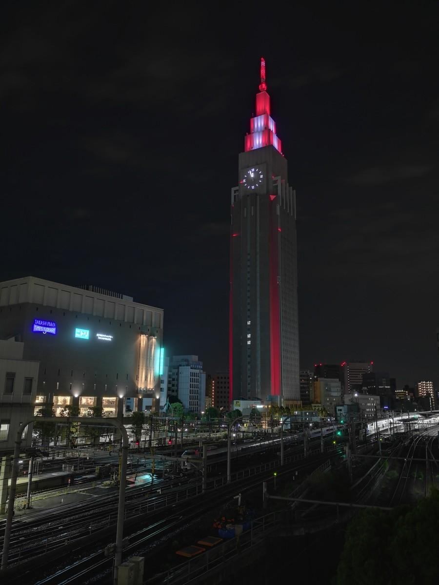 「ドコモレッド」にライトアップしたドコモタワー
